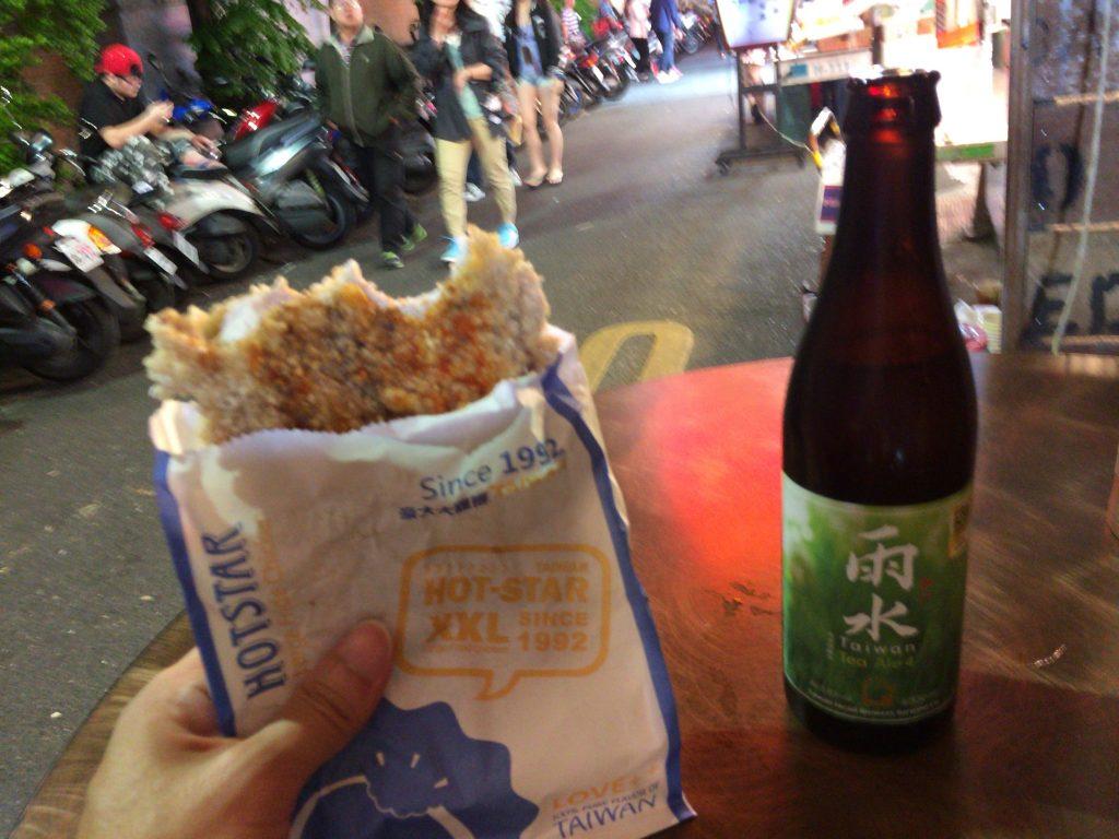 フライドチキンは結局半分ほどしか食べられませんでした。隣は台湾クラフトビールの「雨水」
