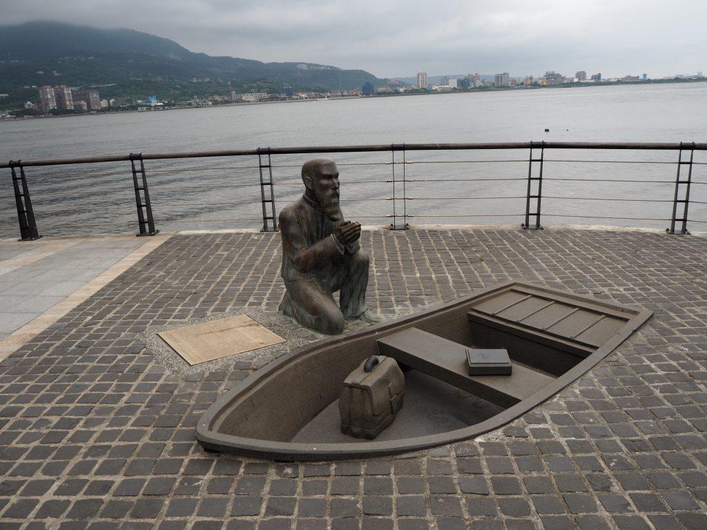 ジョージ・マッカイの像