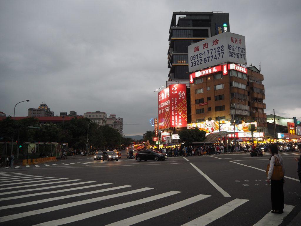 劍潭駅前の交差点