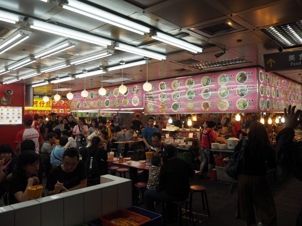 様々な台湾料理のお店が軒を連ねる