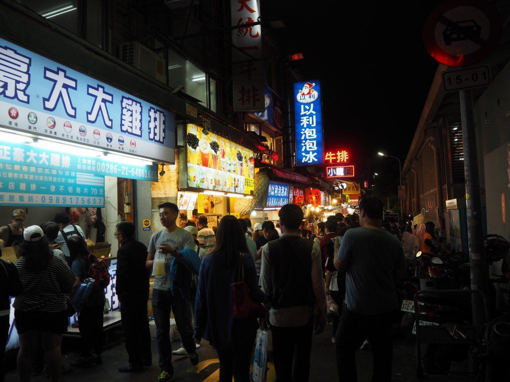 人気フライドチキンのお店「豪大大雞排」。場所は士林市場の建物のすぐ隣にある