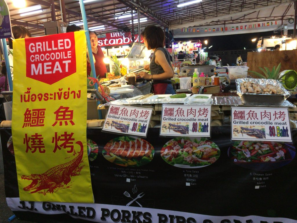 クロコダイル肉の串焼き屋台もある