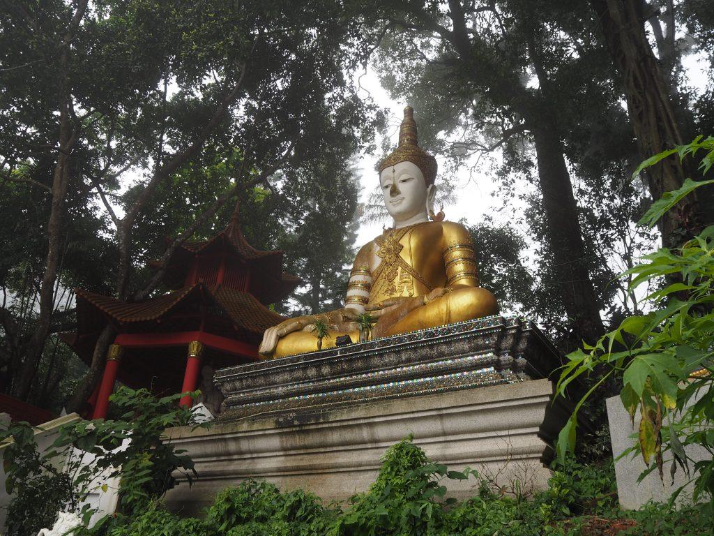 仏像が出迎えてくれる