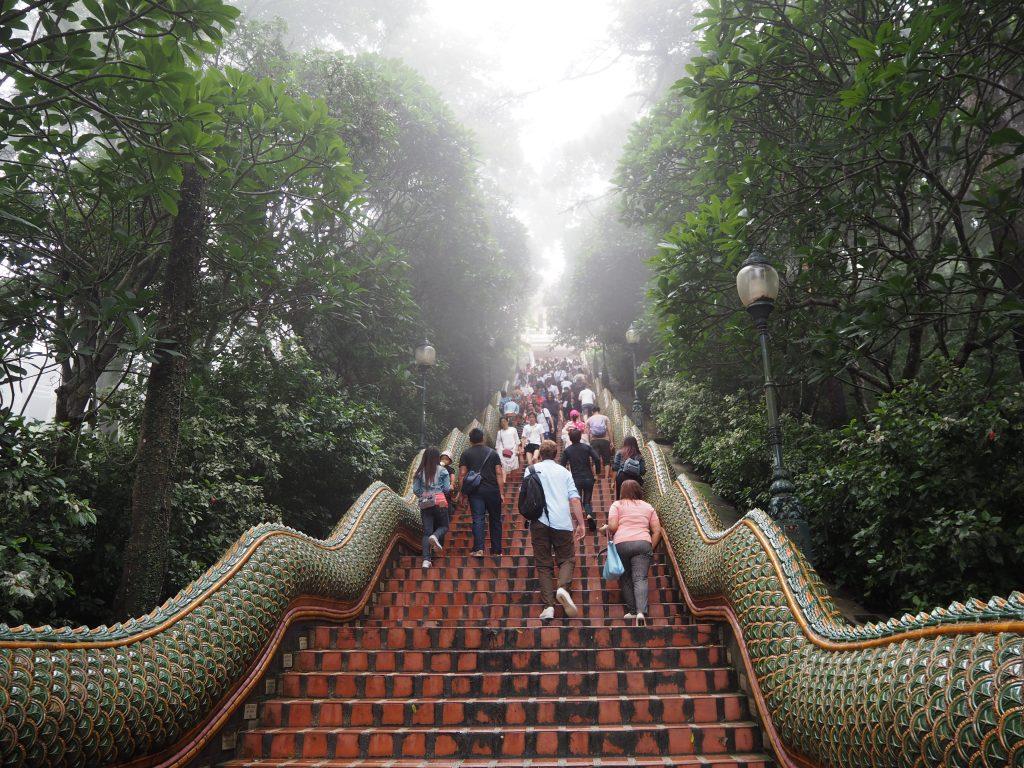 階段を上って寺院へ向かう