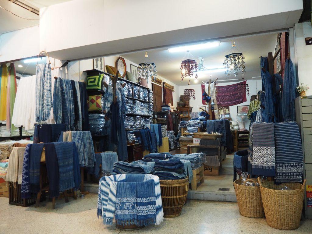 タイ北部では有名な藍染め商品を販売しているお店