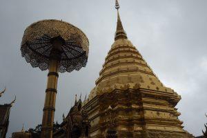 チェディ(黄金の仏塔)と黄金の傘