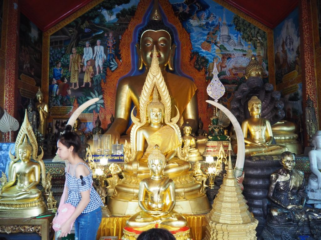 光り輝く仏像