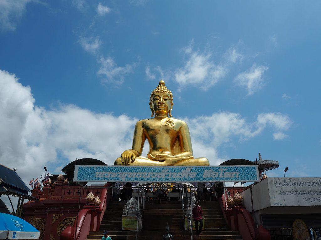 青空に映える黄金の仏像(ヒュージブッダ)
