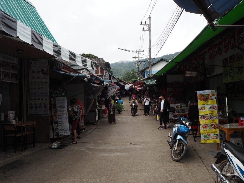 「バーン・ドイ・プイ(Baan Doi Pui)」のお店が立ち並ぶ通り