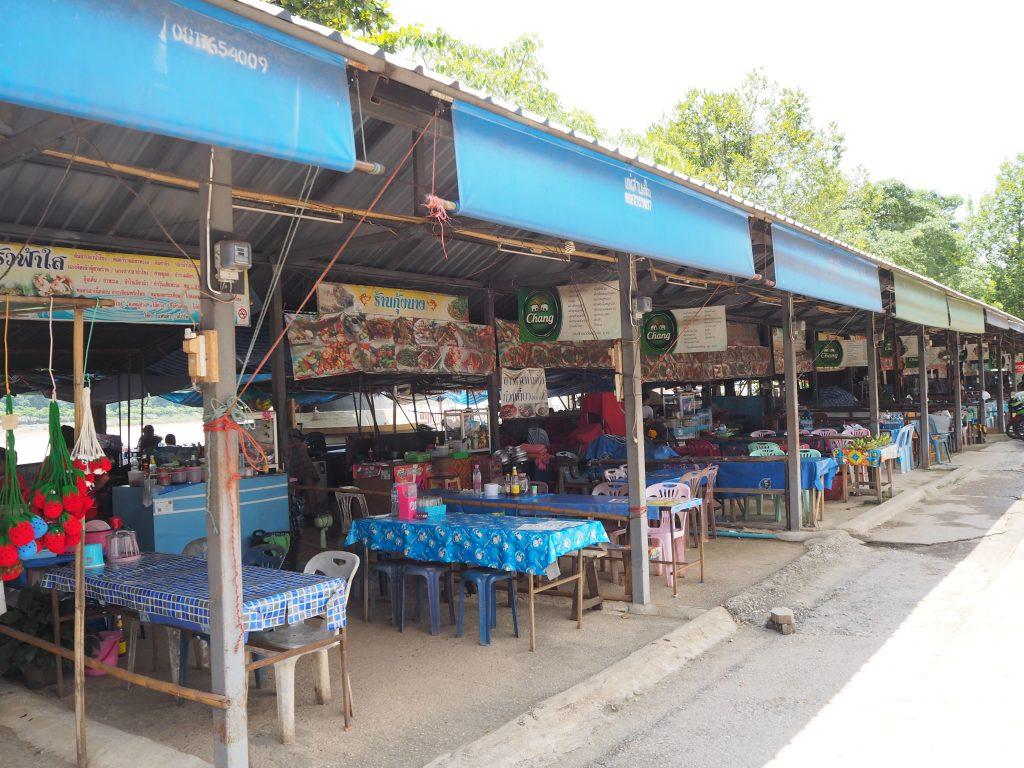 メコン川沿いに飲食店が立ち並ぶ通り