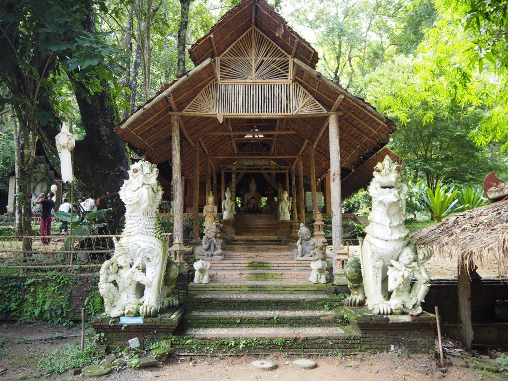 かなり古い寺院のようだ