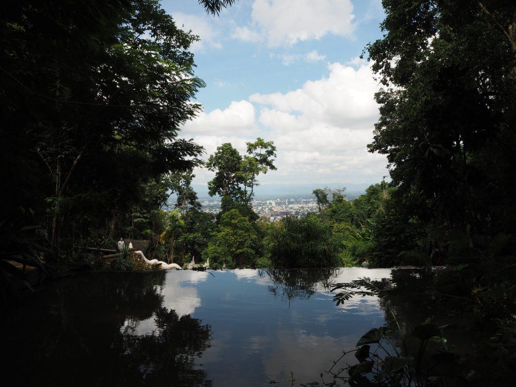 渓谷からチェンマイ市街地を望む