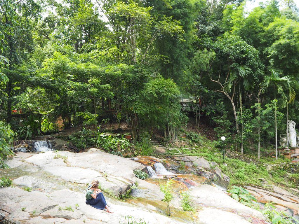 寺院は豊かな自然に囲まれている