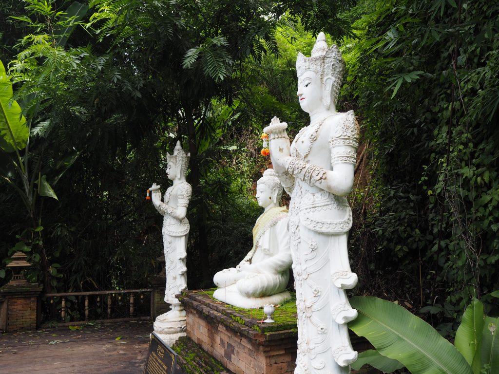 山中から市街地を眺める仏像