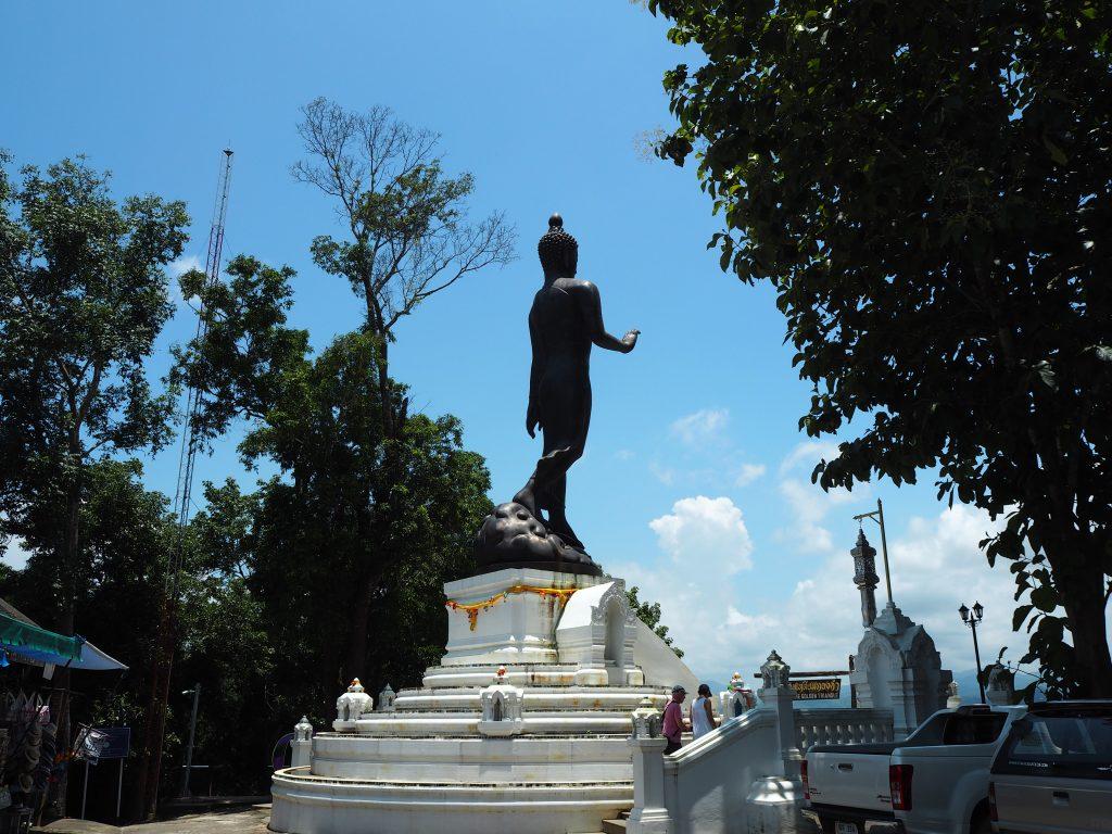 寺院の展望台にある仏像