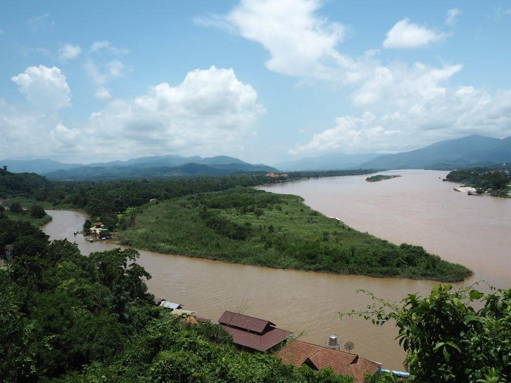 川を挟んで真ん中がミャンマー、右がラオス、左がタイ