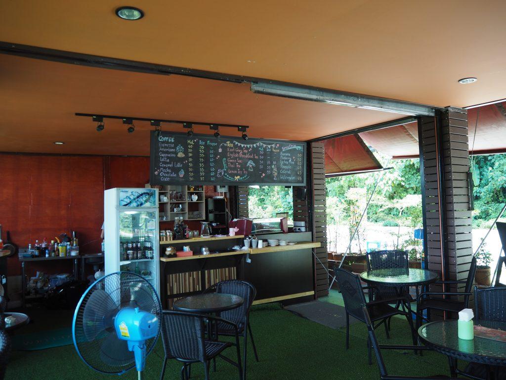ゴールデントライアングルの川沿いにあるカフェ