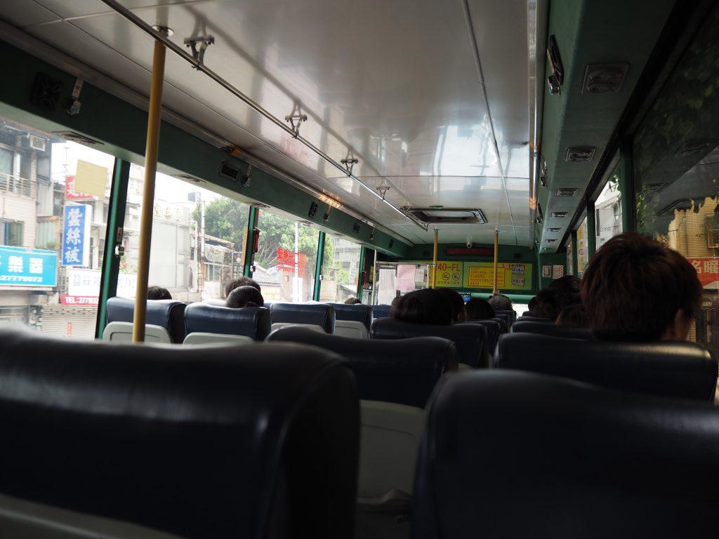 バスの車内。冷房が効いていて快適だ