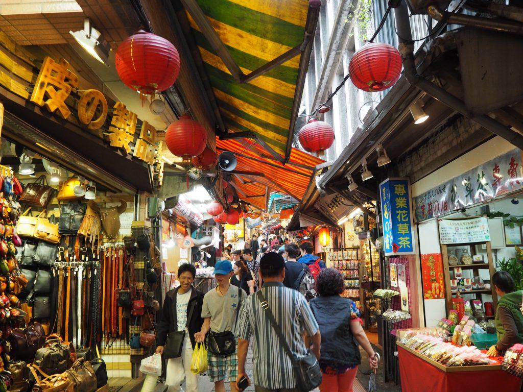 土産物屋や飲食店など様々なお店が立ち並ぶ