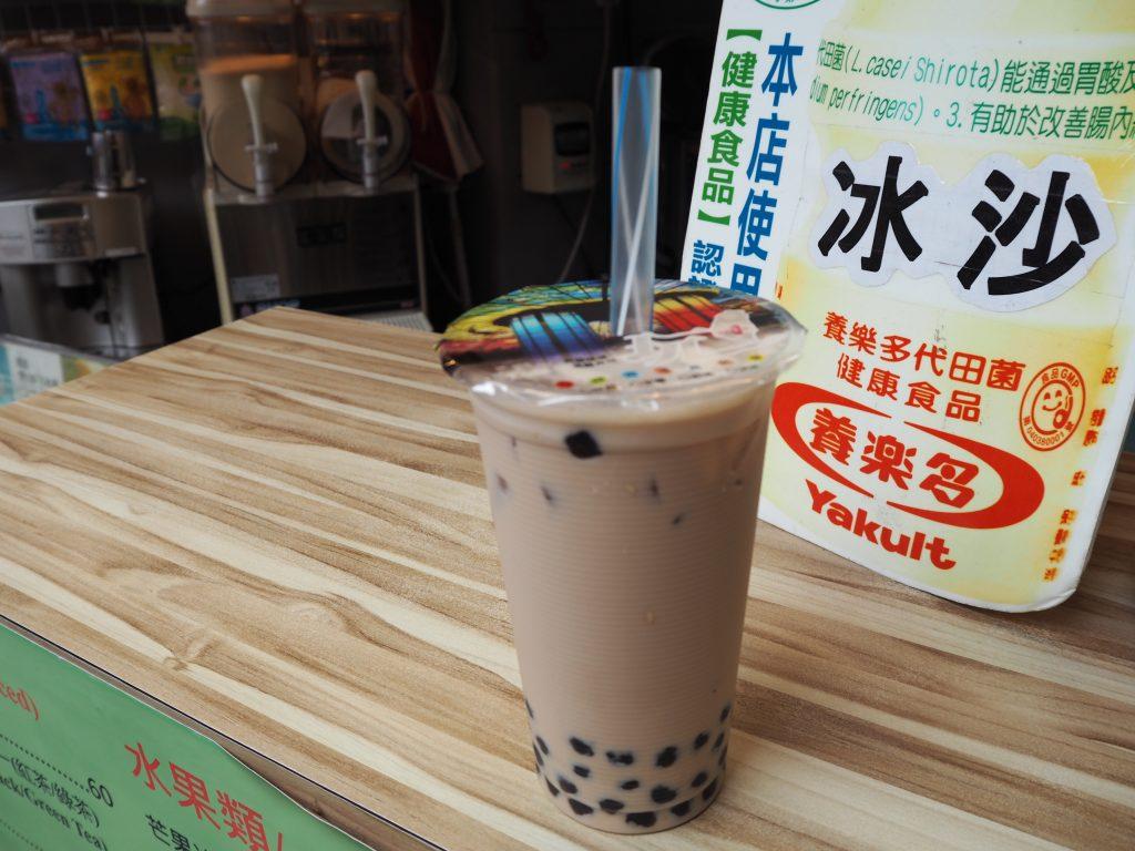 台湾の街歩きにはタピオカミルクティーがよく似合う