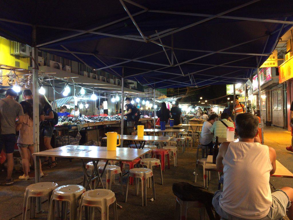 夜になるとナイトマーケット(夜市)にテーブルが出される