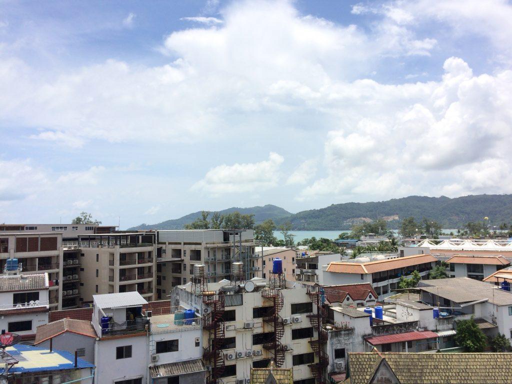 プールがある屋上からは海が見える
