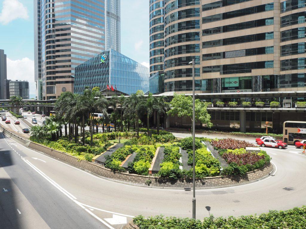 セントラル(中環)駅の歩道橋からの風景(右側のビルの1階がバスターミナル)