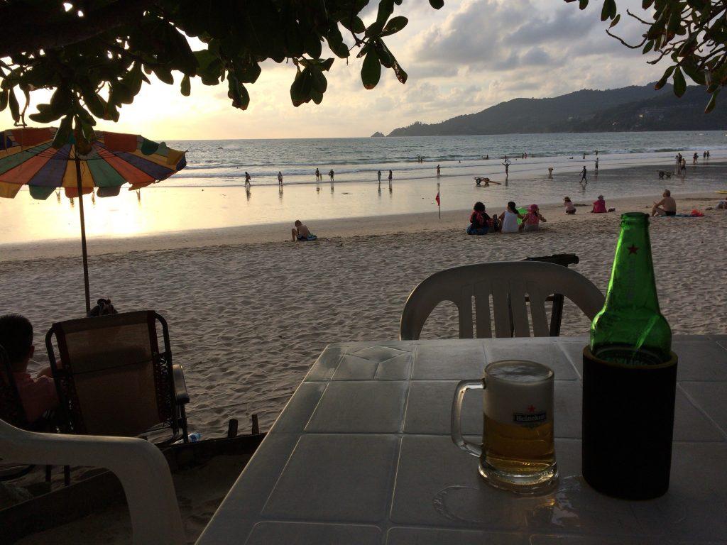 夕日(サンセット)を眺めながらビールを飲む