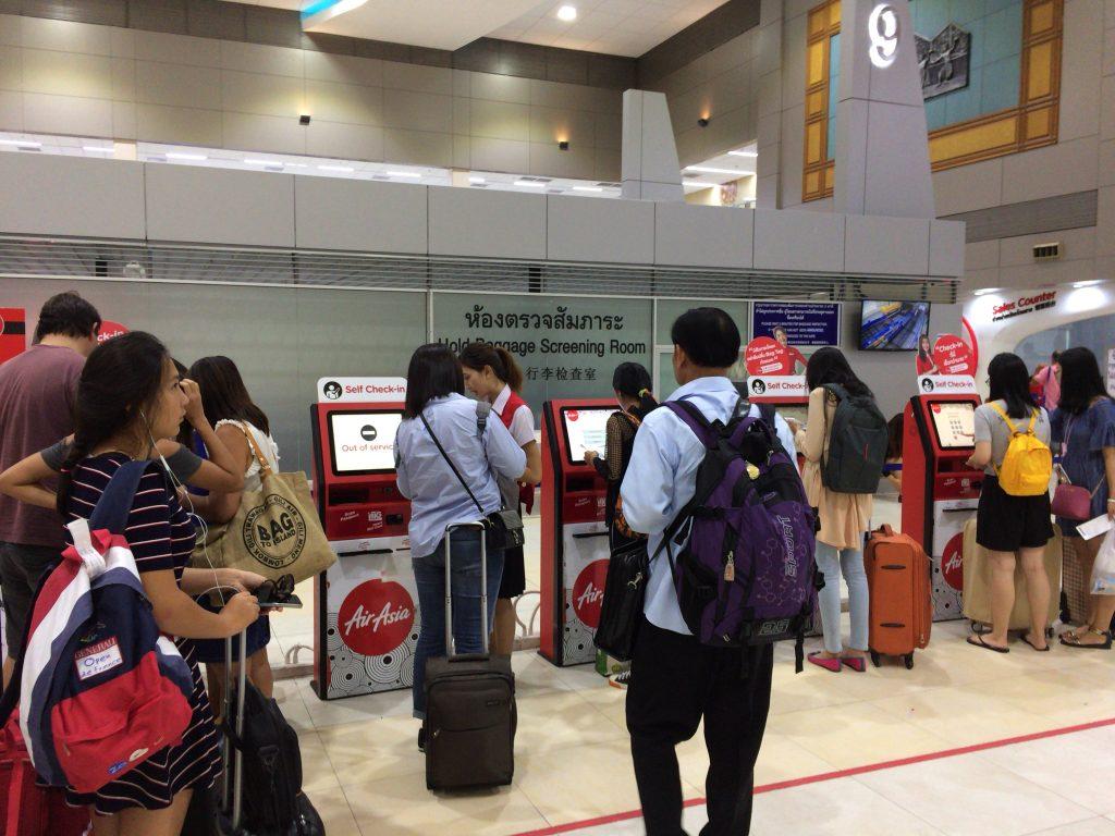 エアアジアカウンター横にある機械で搭乗券を印刷する