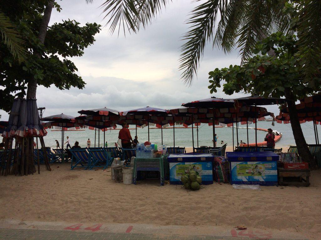 パラソルとチェアが並ぶパタヤビーチ