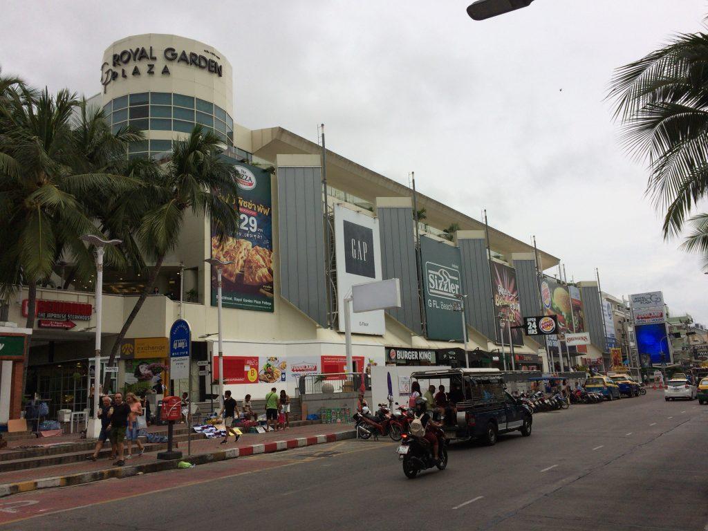 ビーチロード沿いのショッピングモール「ロイヤルガーデンプラザ(Royal Garden Plaza)」