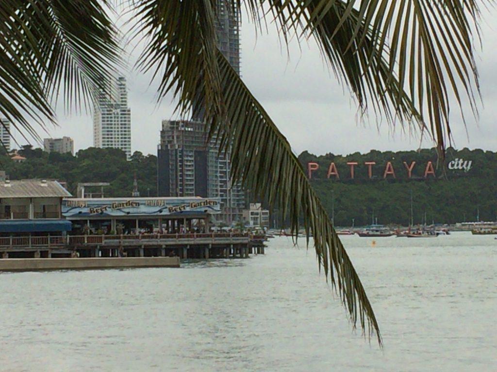 ビーチロードから見た「パタヤビアガーデン(Pattaya Beer Garden)」