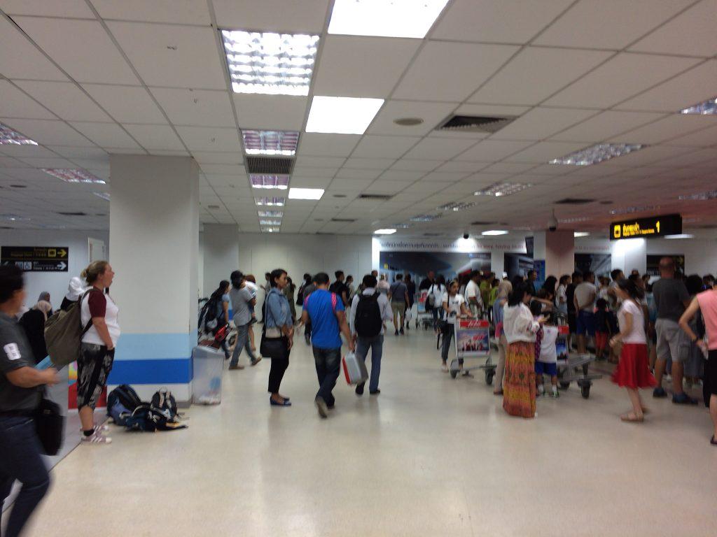 プーケット国際空港に到着