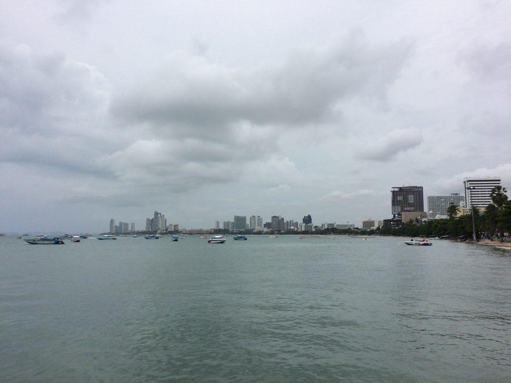 パタヤ湾沿いに伸びるビーチロード