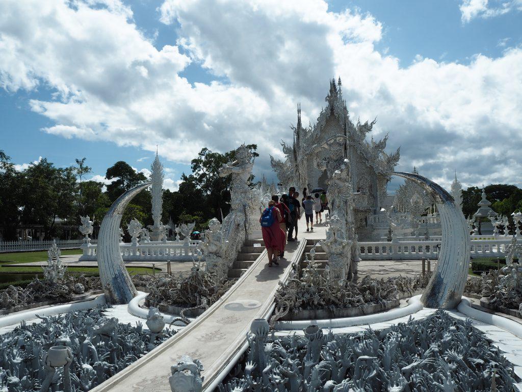 「ホワイトテンプル」と呼ばれる真っ白な寺院