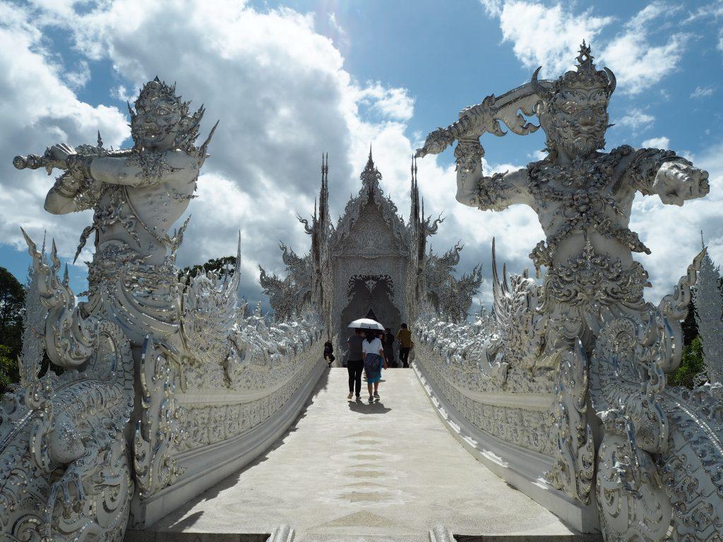 寺院へと続く道を進む