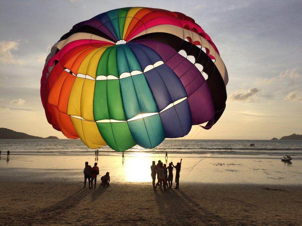 パトンビーチのパラセーリング