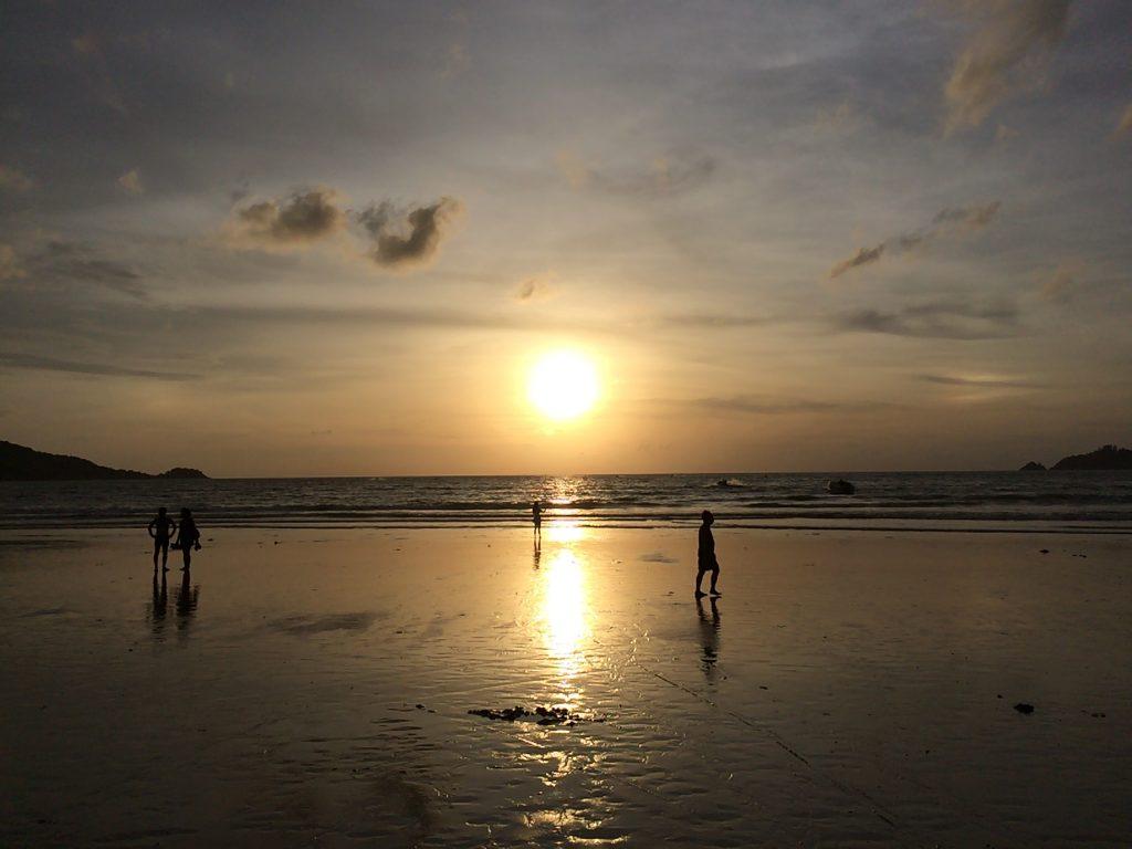 夕暮れ時のパトンビーチを歩く
