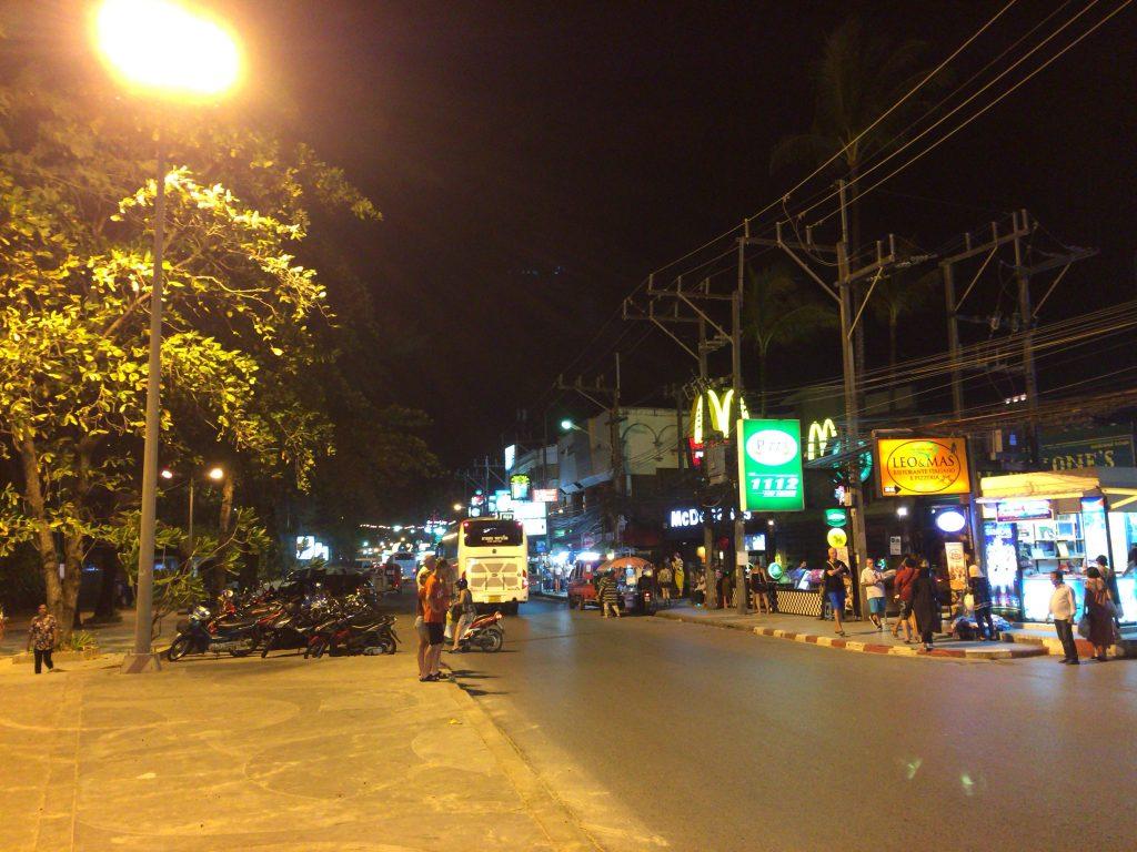 バングラ通り(Bangla Road)に向かってビーチ沿いを歩く