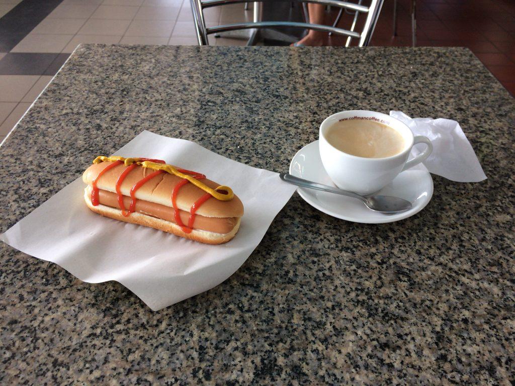 ホットドッグとカフェラテをいただく