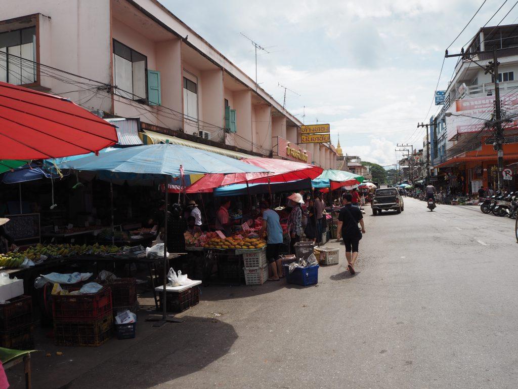 マーケット(市場)を抜けて寺院へ向かう