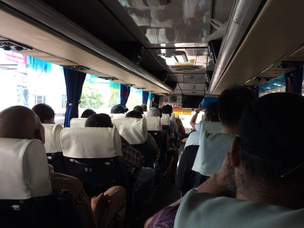 バンコク行きバスの車内