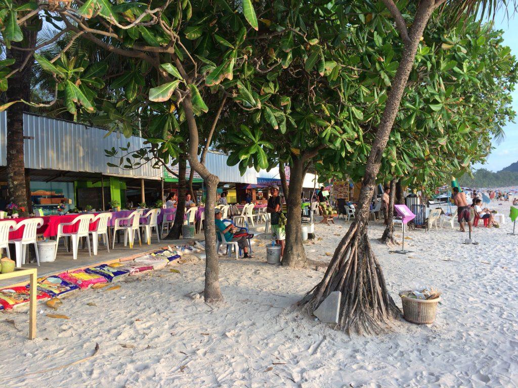 ビーチ沿いにレストランが立ち並ぶ