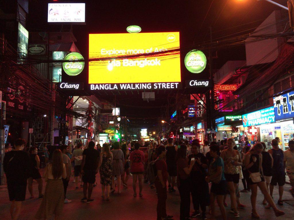 観光客が集まるバングラ通り(ウォーキングストリート)
