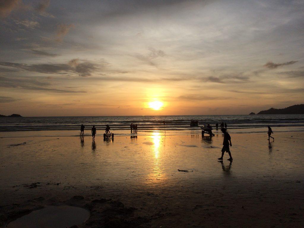 パトンビーチに沈む夕日