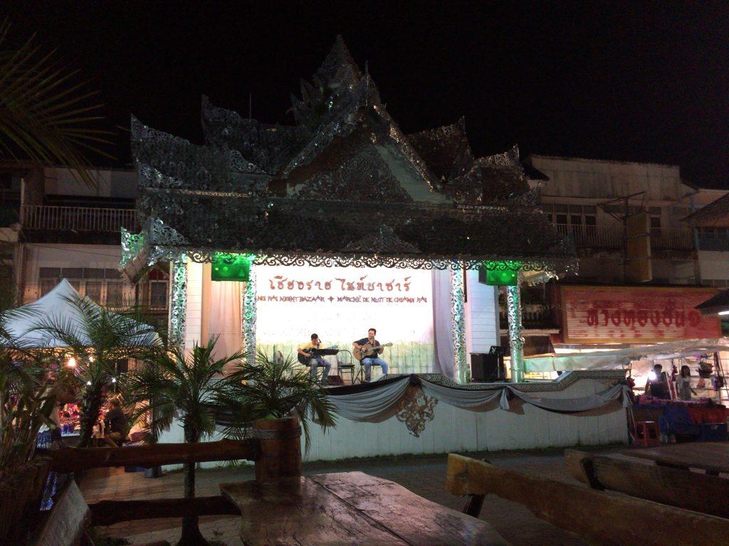 洋楽が演奏されるレストラン横のステージ