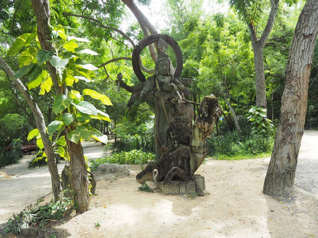 敷地内には独創的な像が点在する
