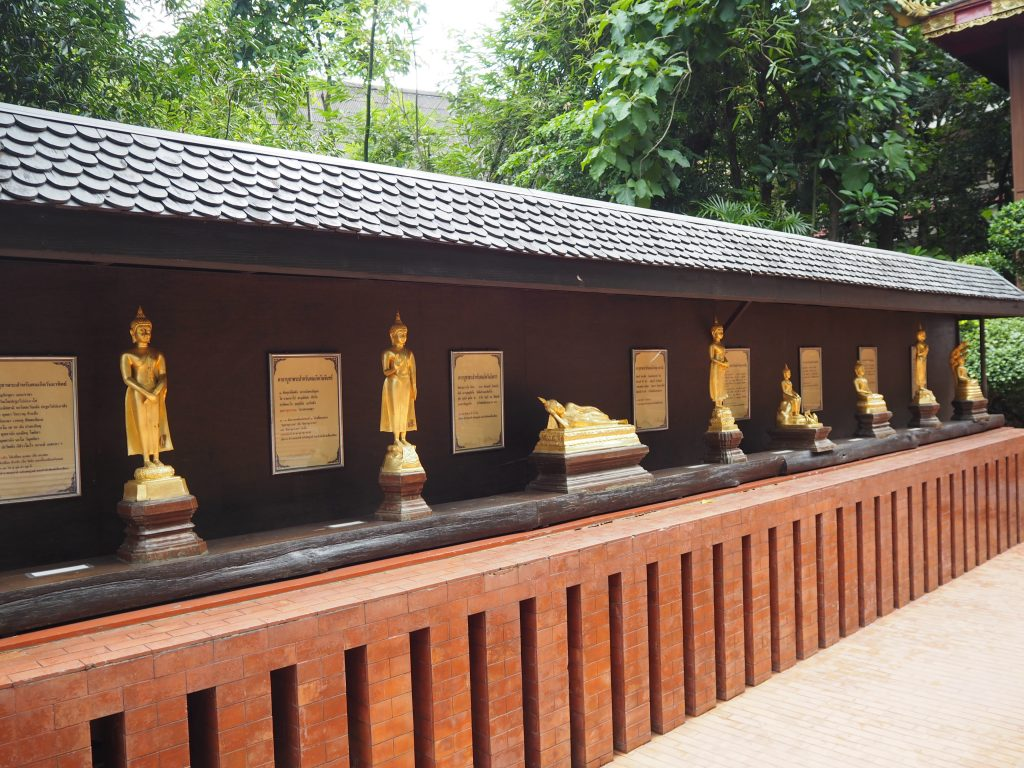 様々なポーズの仏像が並ぶ