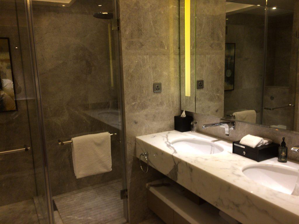 洗面台にシャワー&トイレルーム