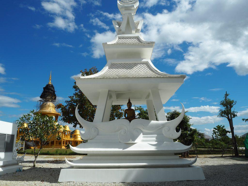 「ワット・ロン・クン」にある仏像